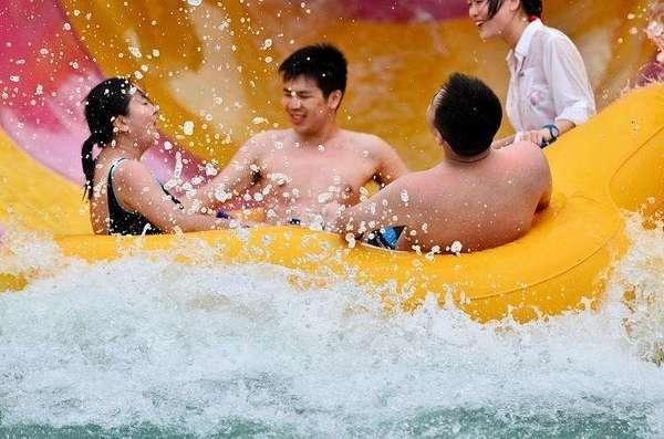 这么热的天想去有水的地方玩,谁能推荐几个地方啊